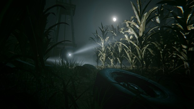 Outlast 2 screenshot of enemies chasing you through the cornfield
