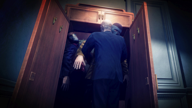 Hitman: Absolution screenshot of Agent 47 stuffing bad guys into a closet